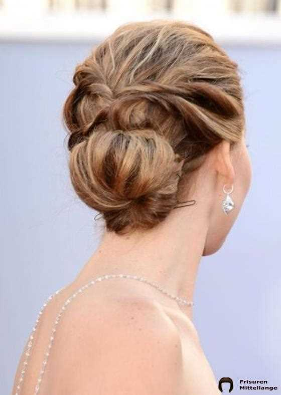 17. Low Messy Bun mit Kordfäden:
